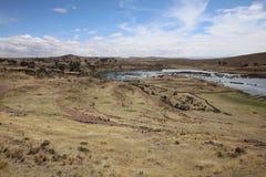 在Sillustani archaelogical站点的埋葬塔Chullpas  普诺大区 秘鲁 库存照片