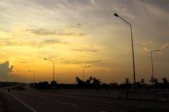 在siluate日出的街道和灯岗位 库存照片