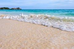 在Similan国家公园靠岸和波浪在泰国 免版税库存照片