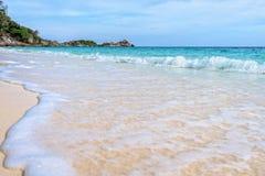 在Similan国家公园靠岸和波浪在泰国 图库摄影