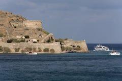 在Sinalonga海岛克利特,希腊的客船 免版税库存图片