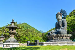 在Sinheungsa寺庙的大古铜色菩萨雕象在雪岳山国立公园 免版税库存照片