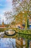 在Sint-Annarei的看法和Sint-Annakerk在背景中,布鲁日,比利时 库存照片