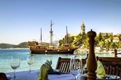 在Sipan海岛,克罗地亚上的餐馆桌 图库摄影
