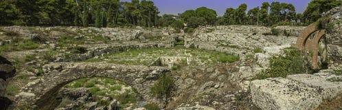 在Siracuse的著名假期目的地的历史的罗马Anphitheater在西西里岛 免版税库存图片