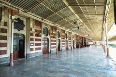 在Sirkeci火车站,伊斯坦布尔,土耳其的老平台 免版税库存照片