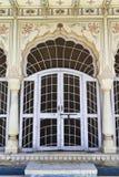 在Sisodia Rani宫殿的装饰的门 库存图片
