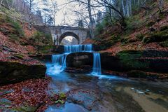 在Sitovo附近的秋天瀑布 库存图片