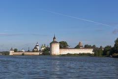 在Siverskoe湖的夏天早晨在Kirillo-Belozersky修道院附近在沃洛格达州地区 免版税库存照片