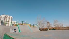 在skatepark的一个单独bmx车手 股票视频