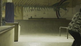在skatepark的溜冰者乘驾 股票录像
