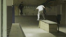 在skatepark的溜冰者乘驾 影视素材