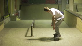 在skatepark的溜冰者乘驾 股票视频
