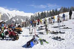 在skirestaurant之外的滑雪停车处 库存图片