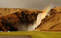 在Skogafoss瀑布,冰岛浪花的一条彩虹  免版税库存照片
