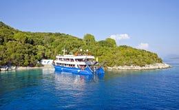 在Skorpios海岛,希腊附近的巡航小船 库存照片