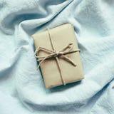 在skyblue布料背景的礼物 免版税图库摄影