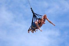 在SkyCoaster橡皮筋跳跃期间的夫妇 库存图片