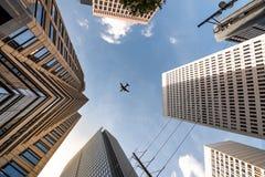 在Skycrapers顶部的飞机飞行在中间地区亚特兰大 免版税库存照片