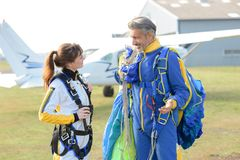在skydive以后的交谈 库存图片