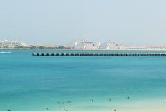在Skydive迪拜和Jumeirah棕榈跑道的看法  免版税库存图片