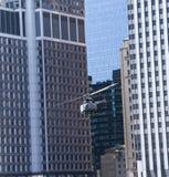 在skysraper之间的直升机在NYC 免版税库存照片