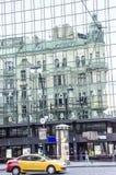 在skysraper的老大厦反射 库存图片