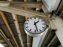 在Skytrain驻地的葡萄酒时钟 免版税库存照片