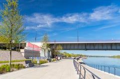 在Slasko-Dabrowski桥梁附近的华沙维斯瓦河大道 库存图片
