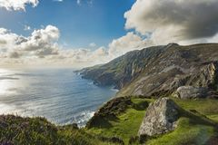 在Sliabh Liag, Co的峭壁 Donegal在一个晴天 免版税图库摄影
