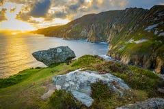 在Sliabh Liag, Co的峭壁 Donegal在一个晴天 免版税库存图片