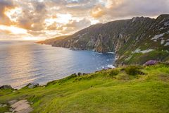 在Sliabh Liag, Co的峭壁 Donegal在一个晴天 库存照片