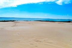 在Slowinski国家公园使含沙沙丘和湖环境美化Leba看法  免版税库存照片