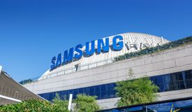 在SM气氛首要的大厦,商城的三星商标在达义市,菲律宾 免版税库存照片