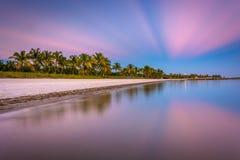 在Smathers海滩,基韦斯特岛,佛罗里达日落的长的曝光  免版税图库摄影