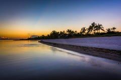 在Smathers海滩,基韦斯特岛,佛罗里达的日落 免版税库存图片