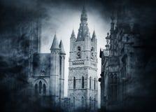 在smokey背景的古老城堡 日历概念日期冷面万圣节愉快的藏品微型收割机说大镰刀身分 免版税库存照片