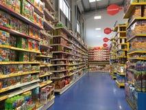 在Smyths的玩具架子戏弄大型商场 免版税库存照片