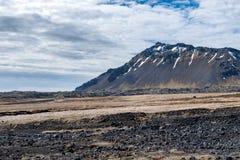 在Snaefellsnes半岛冰岛的火山的狂放的山 免版税库存照片