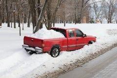 在Snowbank或垄沟困住的卡车 库存图片