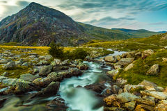 在Snowdonia国家公园威尔士写作yr好极了温和山小河 免版税库存图片