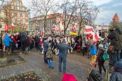 在Sobieski 1月III纪念碑附近的人群在全国美国独立日在格但斯克在波兰 庆祝独立第99周年  库存照片