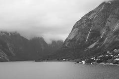在Sognefjord,挪威的迷雾山脉 免版税图库摄影