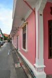 在soi rommanee的老镇普吉岛丝光斜纹棉布葡萄牙样式在普吉岛,泰国 库存照片