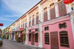 在soi rommanee talang路的老镇普吉岛丝光斜纹棉布葡萄牙样式 普吉岛镇 库存图片