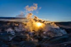 在Sol de Manana Geothermal活动区域Altiplano Bolivi的日出 库存照片