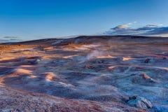 在Sol de Manana Geothermal活动区域Altiplano Bolivi的日出 免版税库存照片