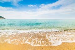 在Solanas海滩的金黄岸 库存图片