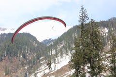在Solang谷, Manali喜马偕尔邦的滑翔伞, (印度) 免版税图库摄影
