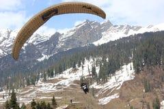 在Solang谷, Manali喜马偕尔邦的滑翔伞, (印度) 免版税库存照片